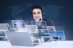 Serviço ao cliente com o Internet em linha no azul fotos de stock