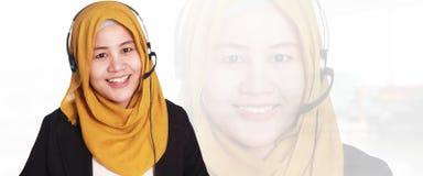 Serviço ao cliente da mulher de negócios de Muslimah, operador com auriculares a foto de stock royalty free