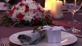 Serviço caro bonito da tabela para um jantar romântico com velas e as rosas vermelhas vídeos de arquivo