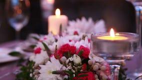 Serviço caro luxuoso da tabela para um evento festivo do feriado com velas e rosas video estoque