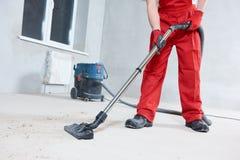 Serviço da limpeza da construção remoção de poeira com aspirador de p30 Imagem de Stock