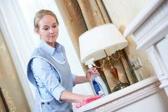 serviço da limpeza pessoal do hotel que remove a poeira fotografia de stock