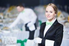 Serviço da restauração empregada de mesa no dever no restaurante foto de stock royalty free