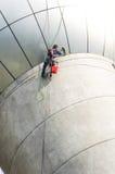 Serviço das janelas da limpeza na construção alta da elevação é perigoso Imagem de Stock