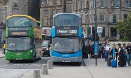 Serviço de ônibus 100 ao aeroporto de Edimburgo Fotos de Stock Royalty Free