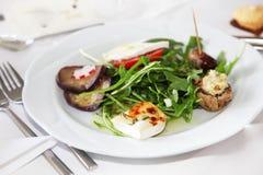 Serviço de acionadores de partida apetitosos com salada Fotos de Stock Royalty Free