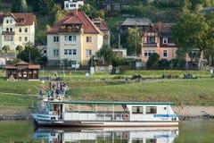 serviço de balsa à cidade de Wehlen nos bancos do Elbe imagem de stock royalty free