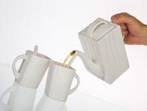 Serviço de chá e chá de derramamento Foto de Stock Royalty Free
