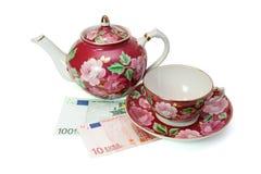 Serviço de chá em euro- notas de banco fotografia de stock