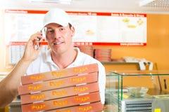 Serviço de entrega - homem que guardara caixas da pizza Fotos de Stock Royalty Free