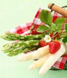 Serviço de espargos verdes e brancos frescos Fotografia de Stock