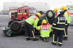 Serviço de incêndio e de salvamento no treinamento de choque de carro Imagem de Stock