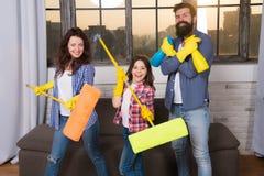 Serviço de limpeza da casa perita você pode confiar a casa da limpeza da família Produtos de limpeza felizes da posse da família  fotografia de stock royalty free
