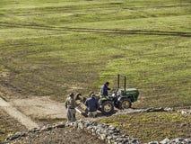 Serviço de manutenção na terra com trator Fotos de Stock Royalty Free