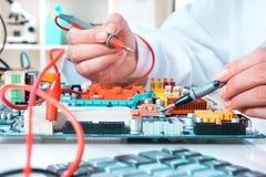 Serviço de reparações da eletrônica, close up nas mãos Imagens de Stock