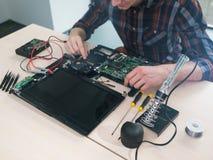 Serviço de reparações da pesquisa de defeitos da manutenção do portátil imagens de stock