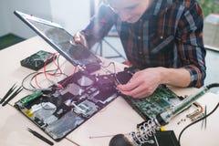 Serviço de reparações de fixação do problema da manutenção do portátil fotos de stock