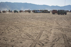 serviço do carro 4x4 para o turista no deserto na montanha de Bromo Imagens de Stock Royalty Free