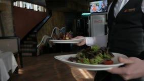 Serviço do garçom no movimento no dever no restaurante video estoque