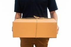 Serviço do homem de entrega enviado uma caixa do pacote Backgrou branco isolado fotos de stock royalty free