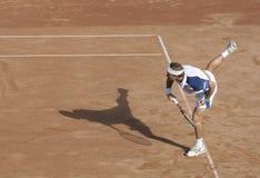 Serviço do homem do tênis Imagens de Stock