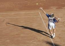 Serviço do homem do tênis mim Fotografia de Stock Royalty Free