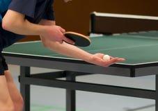 Serviço do jogador de ténis da tabela Foto de Stock Royalty Free