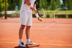 Serviço do jogador de tênis na corte Imagens de Stock