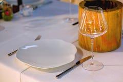 Serviço elegante do ajuste da tabela do restaurante para a recepção com cartão reservado Fotos de Stock