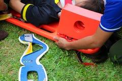 Serviço médico da emergência do salvamento da maca, um paciente da ajuda em uma situação do salvamento Fotos de Stock