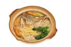 Serviço no macarronete da cabeça dos peixes de Claypot Fotografia de Stock Royalty Free