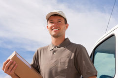 Serviço postal - entrega de um pacote Foto de Stock