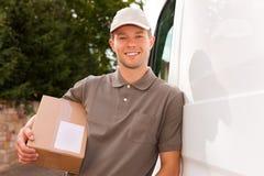 Serviço postal - entrega de um pacote Fotos de Stock Royalty Free