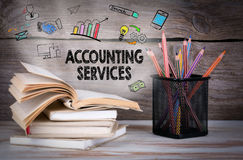 Serviços da contabilidade, conceito do negócio Pilha de livros e de lápis na tabela de madeira fotos de stock royalty free