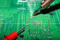 Serviços da fabricação da eletrônica, microplaqueta digital do cartão-matriz Fundo da ci?ncia da tecnologia foto de stock royalty free