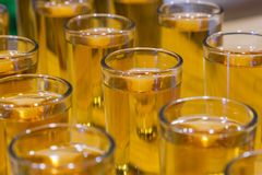 Serviços da restauração celebration vidros com o álcool colocado no vidro Imagem de Stock Royalty Free
