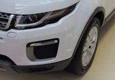 Servië; Belgrado; 2 april, 2017; Sluit omhoog van wit Land Rover-Si Royalty-vrije Stock Afbeeldingen