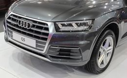 Servië; Belgrado; 2 april, 2017; Voorzijde van metaal grijs Audi Q5; Royalty-vrije Stock Foto's