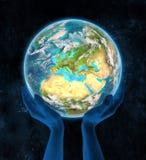 Servië op aarde in handen Stock Afbeelding
