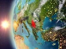 Servië tijdens zonsondergang van ruimte Stock Foto