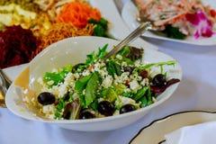 Servi à la table de banquet Verres de vin avec des serviettes, verres et salades Images libres de droits