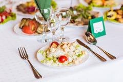 Servi à une table de banquet images stock