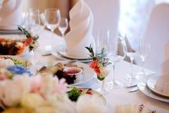Servi à une table de banquet Verres de vin avec des serviettes, verres Image libre de droits