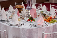 Servi à une table de banquet Verres de vin avec des serviettes, verres Photos libres de droits