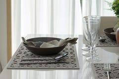 Servi avec un plat sur la table Photographie stock