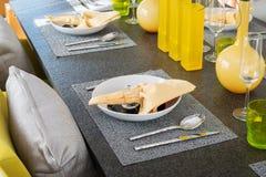Servi avec un plat sur la table Image libre de droits
