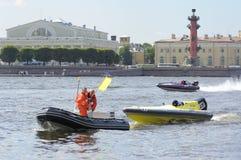 Servicï ¿ ½ Boot evakuiert ein Sportmotorboot Lizenzfreie Stockfotografie