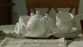 Service à thé antique de porcelaine banque de vidéos