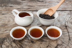 Service à thé asiatique sur la table en bois Photographie stock
