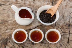 Service à thé asiatique sur le fond en bois Image stock